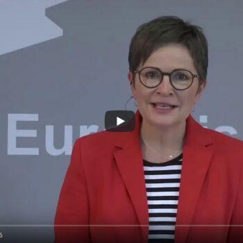 Helga Lensch moderiert eine Veranstaltung